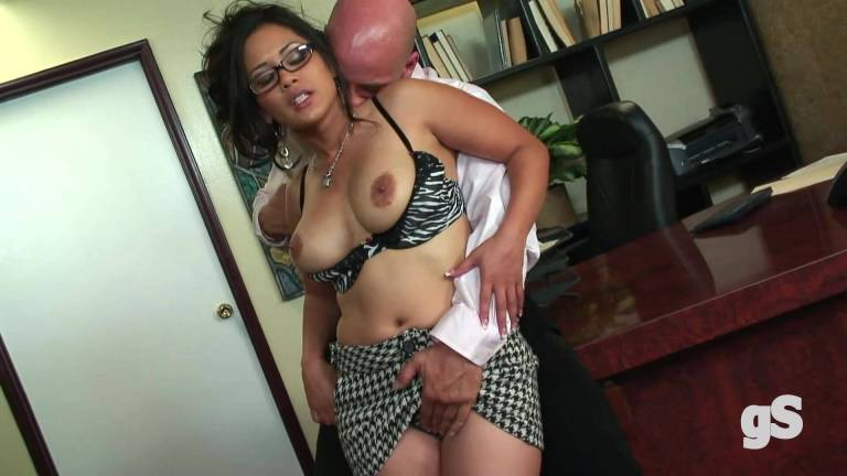 The secretary is fucking with her boss - Watch porn now !